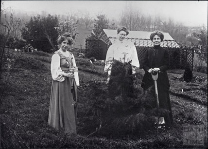 Suffragettes Annie Kenney, Mary Blathwayt and Emmeline Pankhurst, 16 April 1910