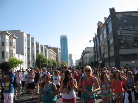 Bay-to-Breakers crowd on Howard St. InterContinental SF in background.