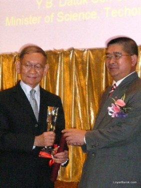 Raja Aziz Addruse accepting his award