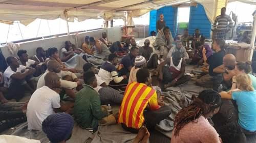 I migranti a bordo della Sea Watch 3 (foto di Matteo Guidelli)