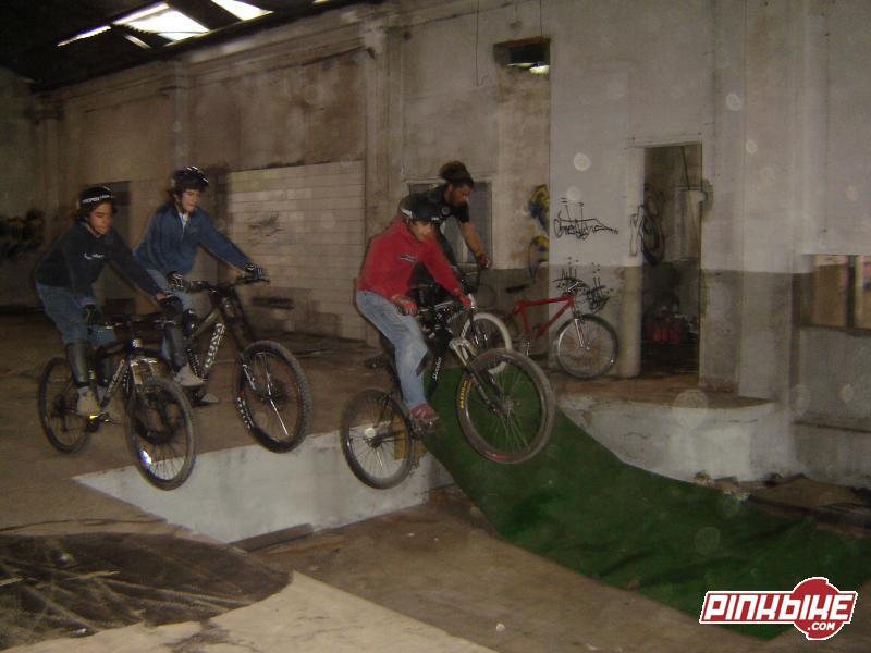Zé, Brajal, Pirilampo e Luis no drop da fábrica