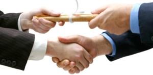 http://blog.educpros.fr/les-nouveaux-modeles-economiques-de-l-enseignement-superieur/files/2015/12/13-dec-15_3_remise-dipl%C3%B4me-avec-serrage-de-main.jpg