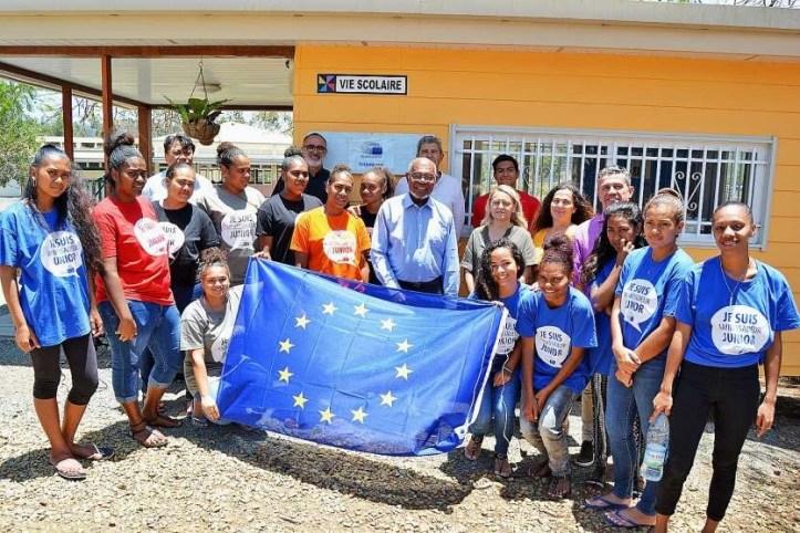 Les ambassadrices européennes avec les invités et le drapeau européen.Photos N.B.