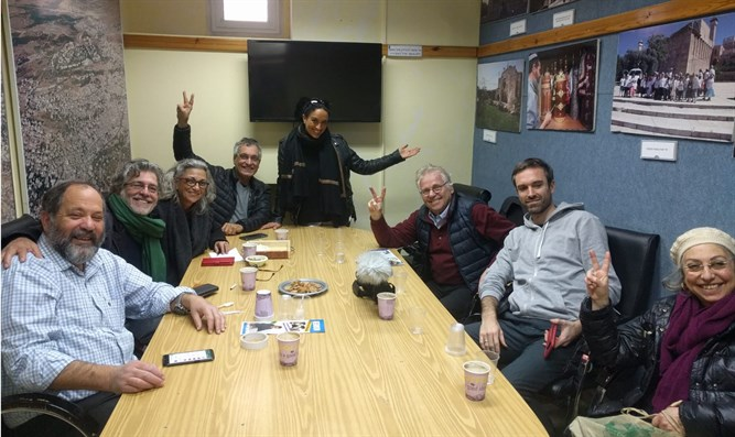 Scène surréaliste: Daniel Cohn-Bendit et Noa reçus par le yishouv juif de Hevron!