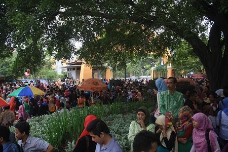 Ribuan orang hadir dalam prosesi Wisuda Periode II Tahun Pelajaran 20132014.