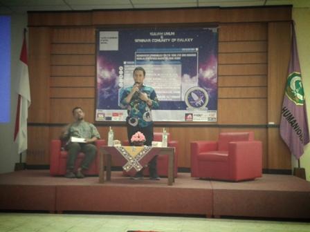 Ahmad Hanafi Aris menjelaskan materi pada kuliah umum Fishum (3/11).