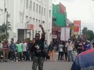 Seorang aktivis AMP peringati 1 Mei di nol KM Yogyakarta.