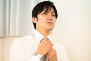 ネクタイを締める様子