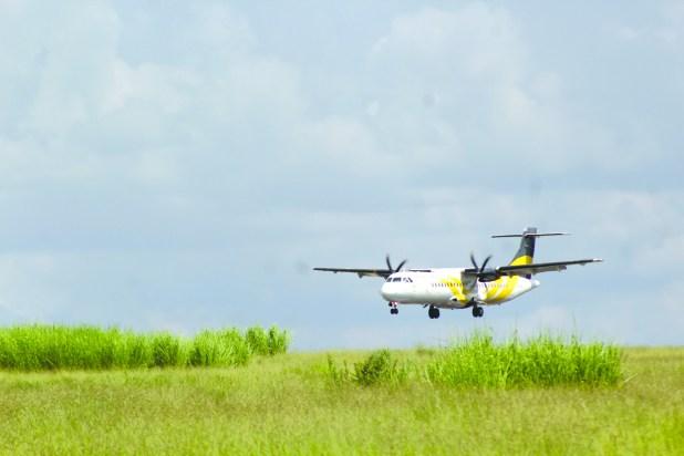 a8 Avião Passaredo Pousando