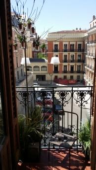 Árbol de metal con tiestitos de cristal en el balcón