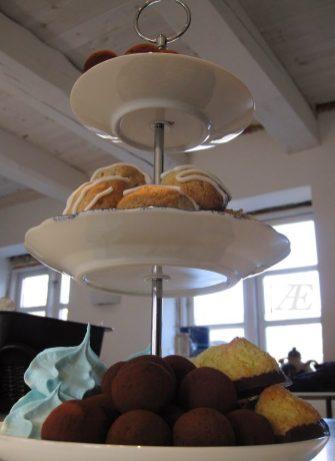 Hjemmelavet 3-delt kagefad, set nedefra, med lækkert fyld på