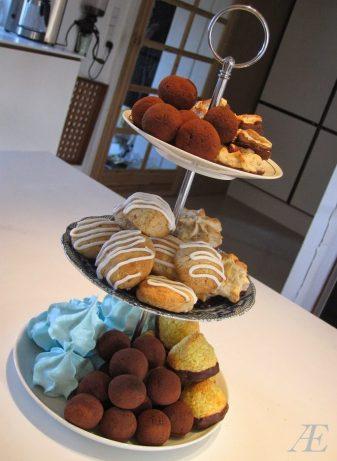 Hjemmelavet 3-delt kagefad med masser af lækkert fyld