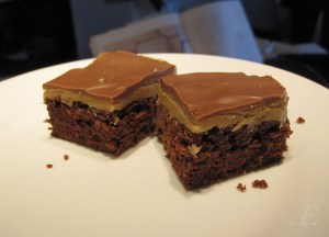 Opskrift på Brownie med peanutbutter topping.