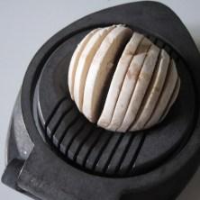 Champignon skåret i pæne, tynde skiver ved hjælp af en æggedeler