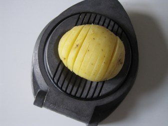 Kold, kogt kartoffel, skåret i pænde tynde skiver i en æggedeler