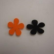 Små blomster af krympeplast, der er krympet skævt.