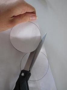 Udklipning af cirkler til en papir bold