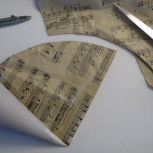 Hvordan man beklæder et kræmmerhus med gavepapir, vist i trin