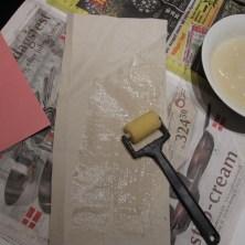 paaklistring-af-gavepapir-paa-karton