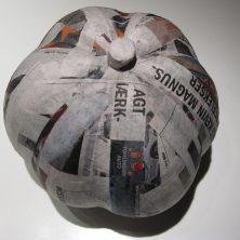 hjemmelavet græskar af ballon med papmache