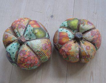 græskar af sok med sand i, dekoreret med decoupage