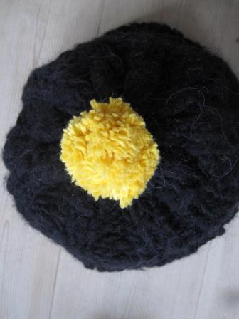 Sort hue med hjemmelavet gul dulle