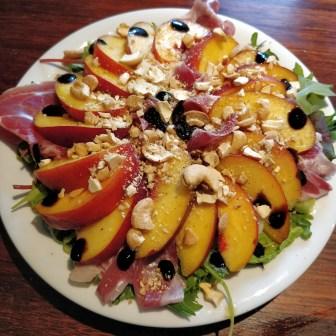 opskrift - Let sommertallerken med salat, nektariner og serranoskinke
