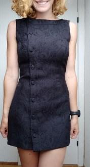 Sort kjole fra genbrug, der er syet ind så den passer bedre. - Det er jo både kreativ og bæredygtig hverdag.