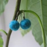 Øreringe med hjemmelavede filtkugler i en smuk petroleumsblå