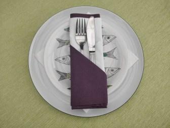 bestiklomme foldet af serviet. to lag, hvid og lilla
