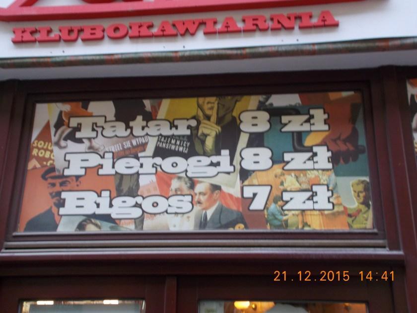 Kolaż w oknie restauracji Czar PRL-u w Zielonej Górze. Zdjęcia Lenina, Stalina i Bieruta.