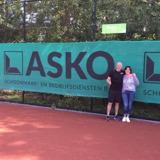 Marcel en Maria Bellis voor het ASKO winddoek op de ASKO baan 2