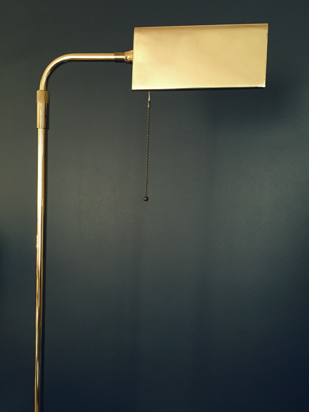 lampadaire liseuse en laiton des années 1970 trouvée chez ltgmood.com spécialiste des luminaires vintage à paris