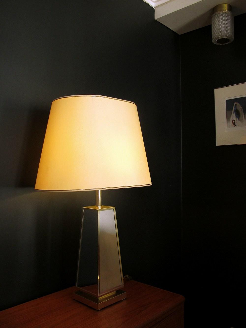 lampe de salon vintage roche bobois or et miroir des années 1970. Trouvée chez ltgmood.com spécialiste des luminaires vintage à paris
