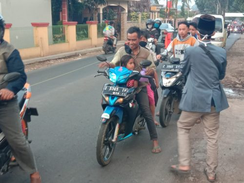 PAC IPNU-IPPNU Karangpawitan Bangun Jiwa Sosial dengan Gelar Bagi-bagi Takjil