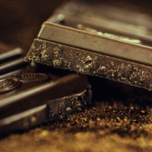bucăți de ciocolată neagră, vegană