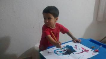 pintando e brincando 300x168 - A IMPORTÂNCIA DA BRINCADEIRA NO DESENVOLVIMENTO DAS CRIANÇAS