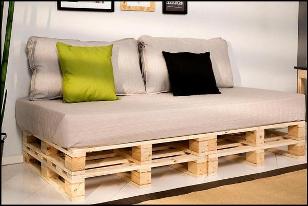 detalhe-do-sofa-produzido-com-pallet-cru
