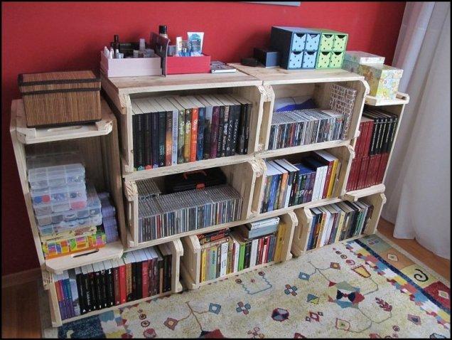 estante de livros de caixotes economize.catracalivre.com .br .br 001 - COMO DECORAR SUA CASA GASTANDO POUCO COM PALLETS E CAIXOTES