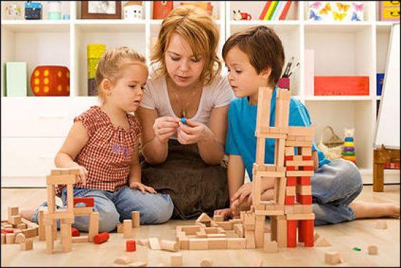 criancas-brincando-com-a-familia-7