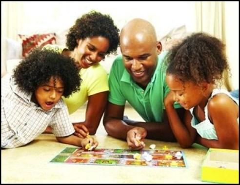 criancas brincando com a familia