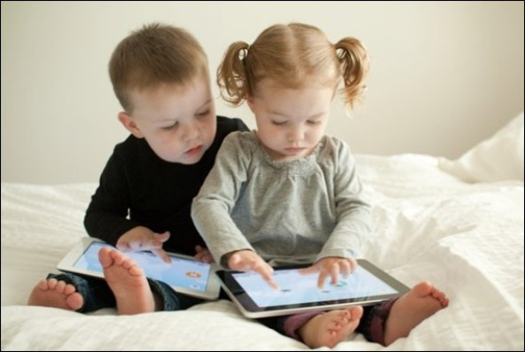 crianças brincando com eletrônicos.2jpg - COMO ESCOLHER O BRINQUEDO PARA O DIA DAS CRIANÇAS