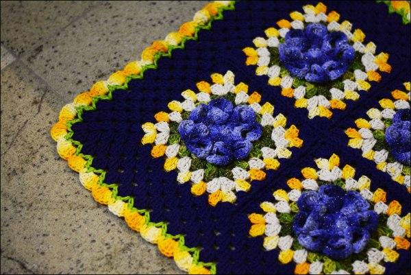 tapete azul com flores1 1024x684 - TAPETES DE CROCHÊ COM GRÁFICOS E RECEITAS MODELOS 2017