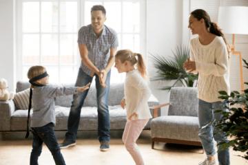 familia em ferias brincando e1625619255313 - 10 DICAS PARA APROVEITAR AS FÉRIAS  COM AS CRIANÇAS EM CASA