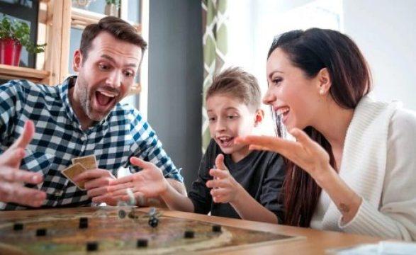 familia jogando e1625619490592 - 10 DICAS PARA APROVEITAR AS FÉRIAS  COM AS CRIANÇAS EM CASA