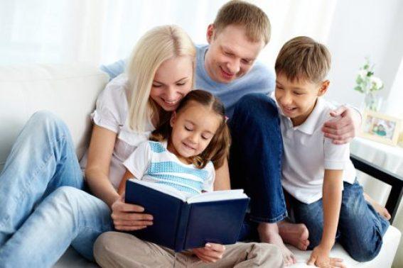 lendo em familia nas ferias e1625619754195 - 10 DICAS PARA APROVEITAR AS FÉRIAS  COM AS CRIANÇAS EM CASA