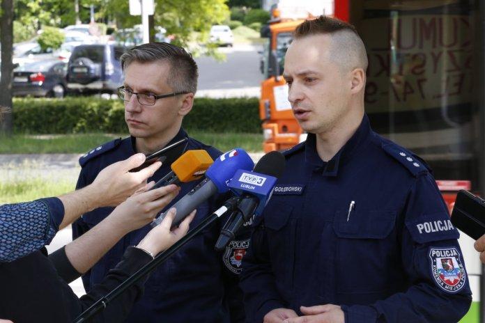 Komisarz Kamil Gołębiowski z komisarzem Andrzejem Fijołkiem informują dziennikarzy o zmianach w ruchu drogowym.