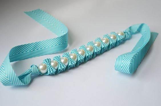 Браслет из лент и бусин. Такое простое летнее украшение можно сделать своими руками.