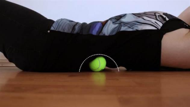 Болит шея, затекает спина, ноют колени? Вам нужен теннисный мяч и эти 7 простых упражнений