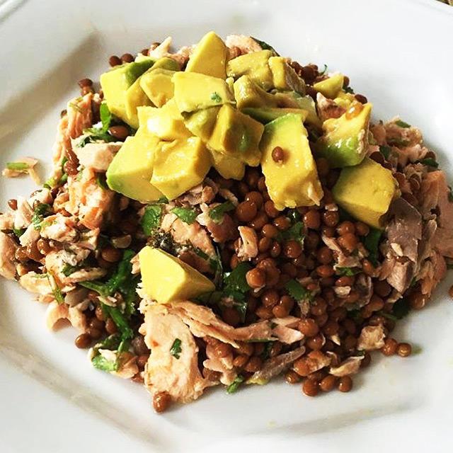 Salada de lentilha com salmão e abacate